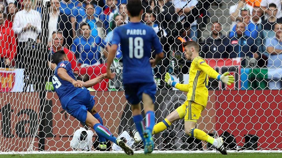 Italian Graziano Pellè (vas.) laukoo Italian toisen maalin ohi Espanjan maalivahdin David de Gean.