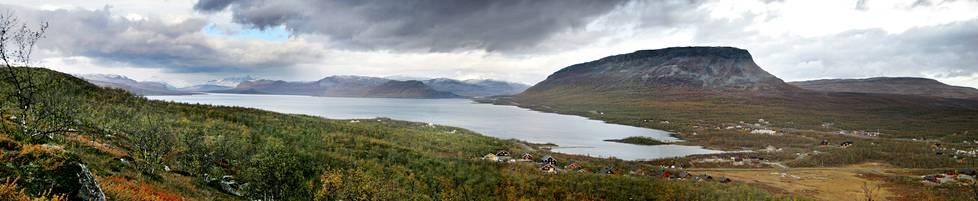 Näkymä Salmivaaralta pohjoiseen. Valtatie 21 kulkee kuvassa Saanatunturin juurella, Kilpisjärven itärannalla.