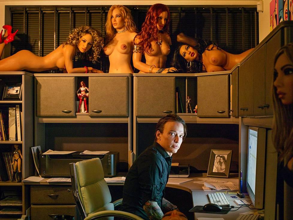 """Seksirobottia kehittävä Matt MacMullen aloitti nukketehtailun taideprojektia varten noin 20 vuotta sitten. Moni näyttelykävijä kysyi, voisiko hänen hyperrealistisia luomuksiaan käyttää seksinukkeina. """"Rakensin firman tyhjästä autotallissani"""", hän sanoo."""