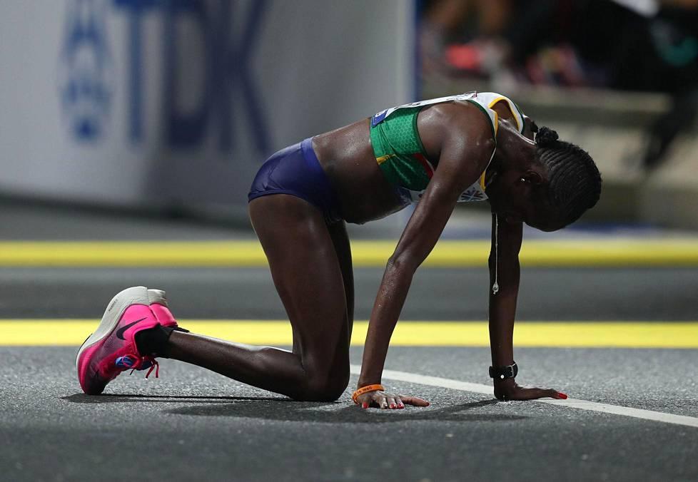 Namibian Helalia Johannes juoksi pronssille naisten maratonilla ja uupui maalissa.