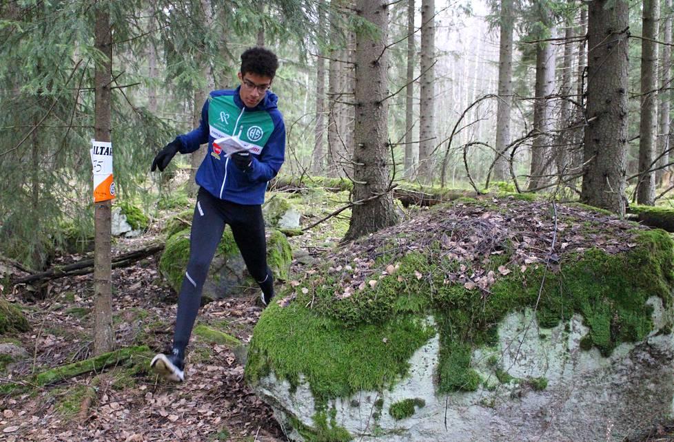 Helsingin Suunnistajien juniori Luca Kallela kiintorasteilla Paloheinässä.