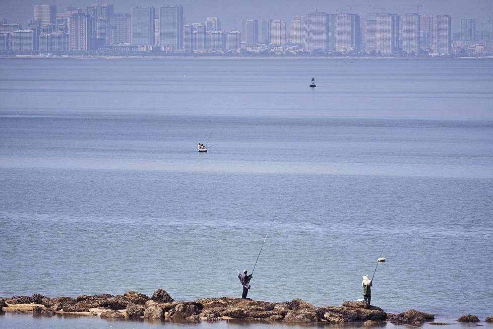 Jinmeniläiset kalastavat. Muutaman kilometrin päässä on Kiinan Xiamen.