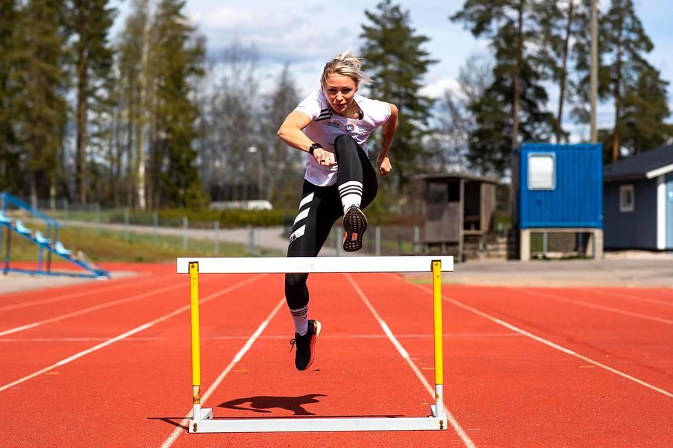Annimari Korte harjoittelee ulkomaanleirien jälkeen nyt kotonaan Kirkkonummen Veikkolassa.