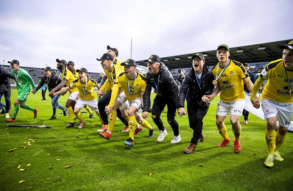 KuPsin pelaajat juhlivat jalkapallon Suomen mestaruutta viime vuoden lokakuussa.