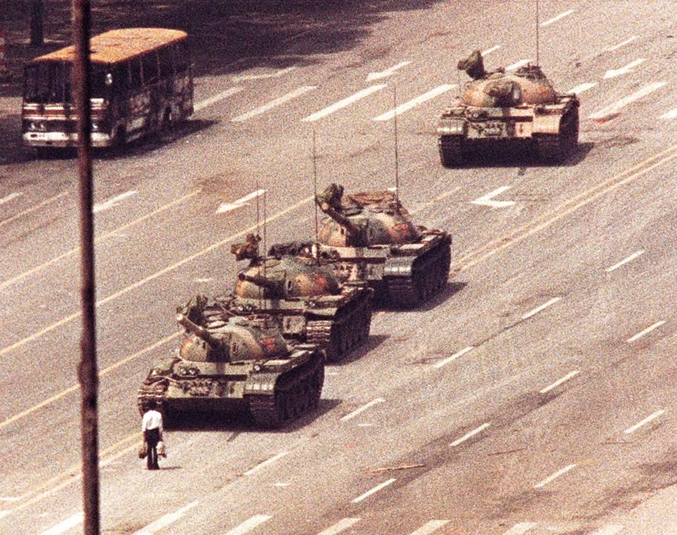 """""""Tankkimiehen"""" kohtalo ja henkilöys ovat edelleen arvoitus. Hänet kannettiin pois paikalta, mutta vuonna 1990 Kiinan silloinen johtaja Jiang Zemin sanoi, että hänen uskoakseen mies selvisi hengissä."""