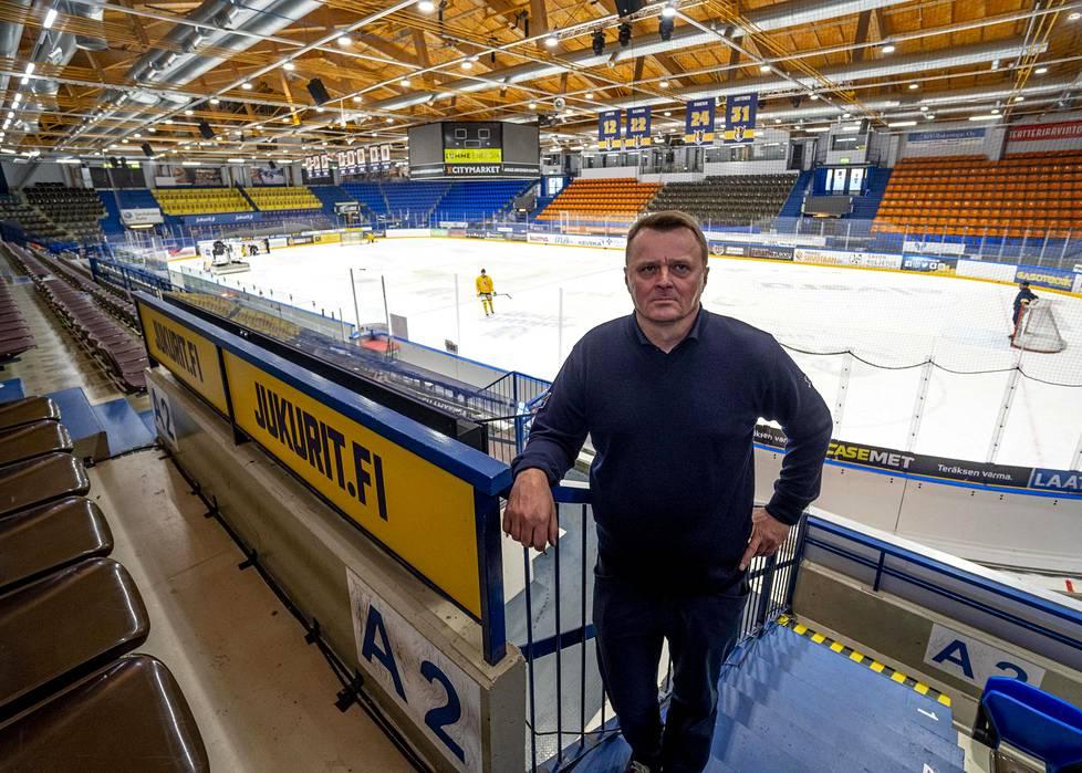 Mikkeliläisen jääkiekkoseura Jukurien U20-joukkueen harjoitukset Mikkelin jäähallissa. Portailla seisoo toimitusjohtaja Jukka Toivakka.