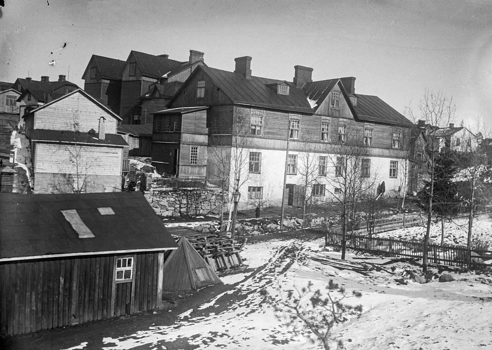 Puinen monikerroksinen asuinrakennus Pasilankadun ja Raakelinkadun risteyksessä 1900-luvun alkupuolella.