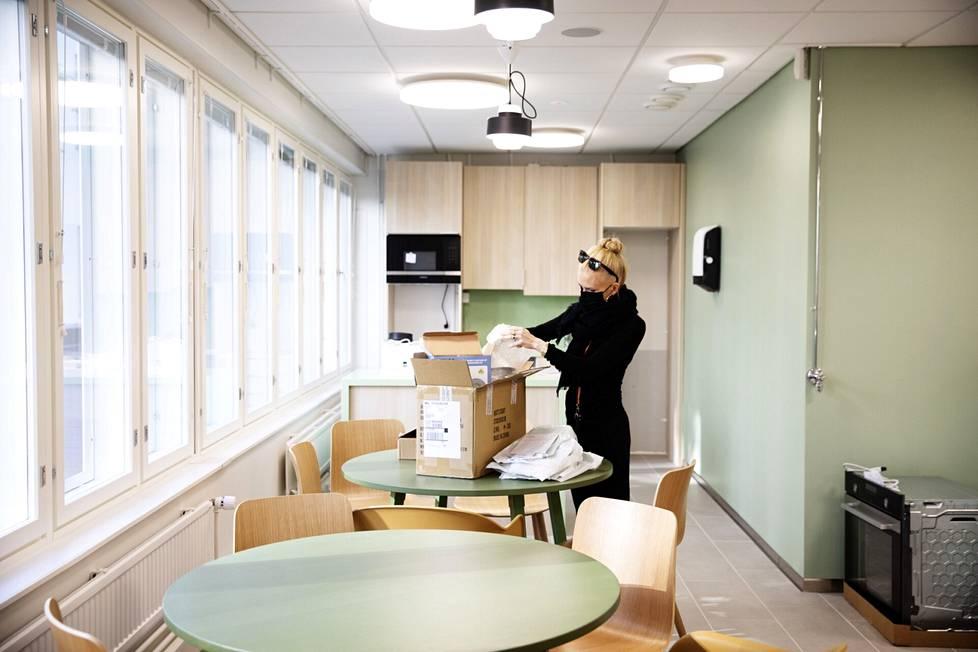 Tästä tulee pian perhekahvila. Suunnittelija Saana Hakkarainen purkaa laatikoita lokakuussa avattavan Kampin perhekeskuksen tiloissa.