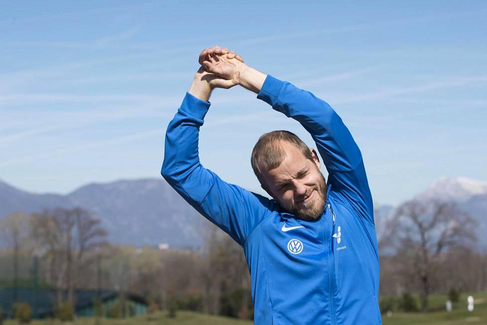 Teemu Pukki venytteli jäseniään median haastatteluiden jälkeen Italian Udinessa päivä ennen EM-karsintaottelua Italiaa vastaan.