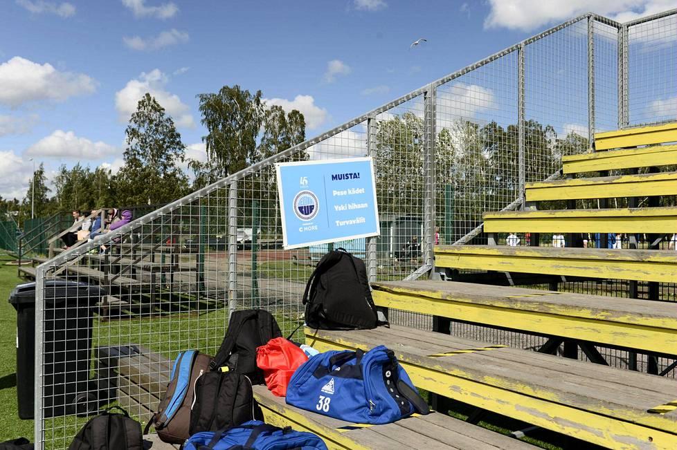 Tapiolan Urheilupuistossa Espoossa oli hygienia- ja turvaväliohjeita koronavirustartuntojen välttämiseksi Helsinki Cupin avajaispäivänä 6. heinäkuuta 2020.