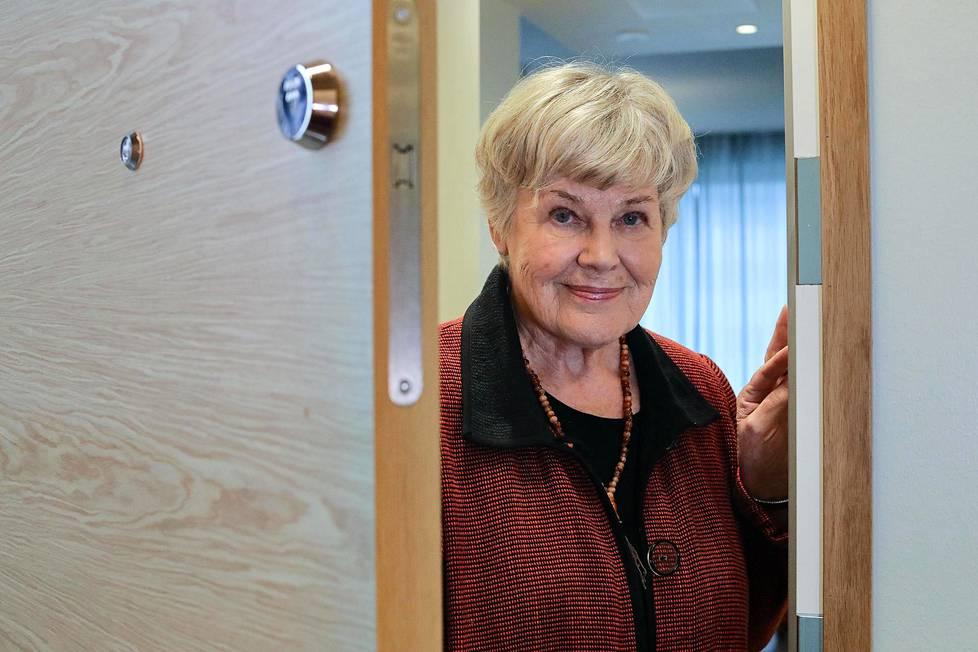 Ministeri Rehn toivottaa vieraat tervetulleiksi uuteen kotiinsa.