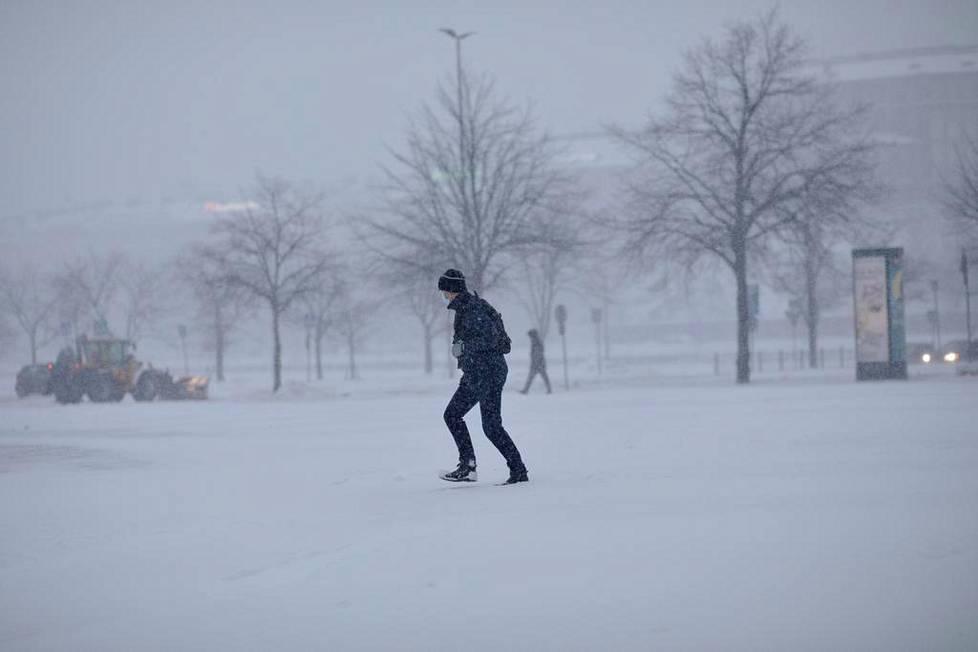 Lumimyräkkä sai aamulla Hakaniemen maiseman tasaisen harmaaksi.