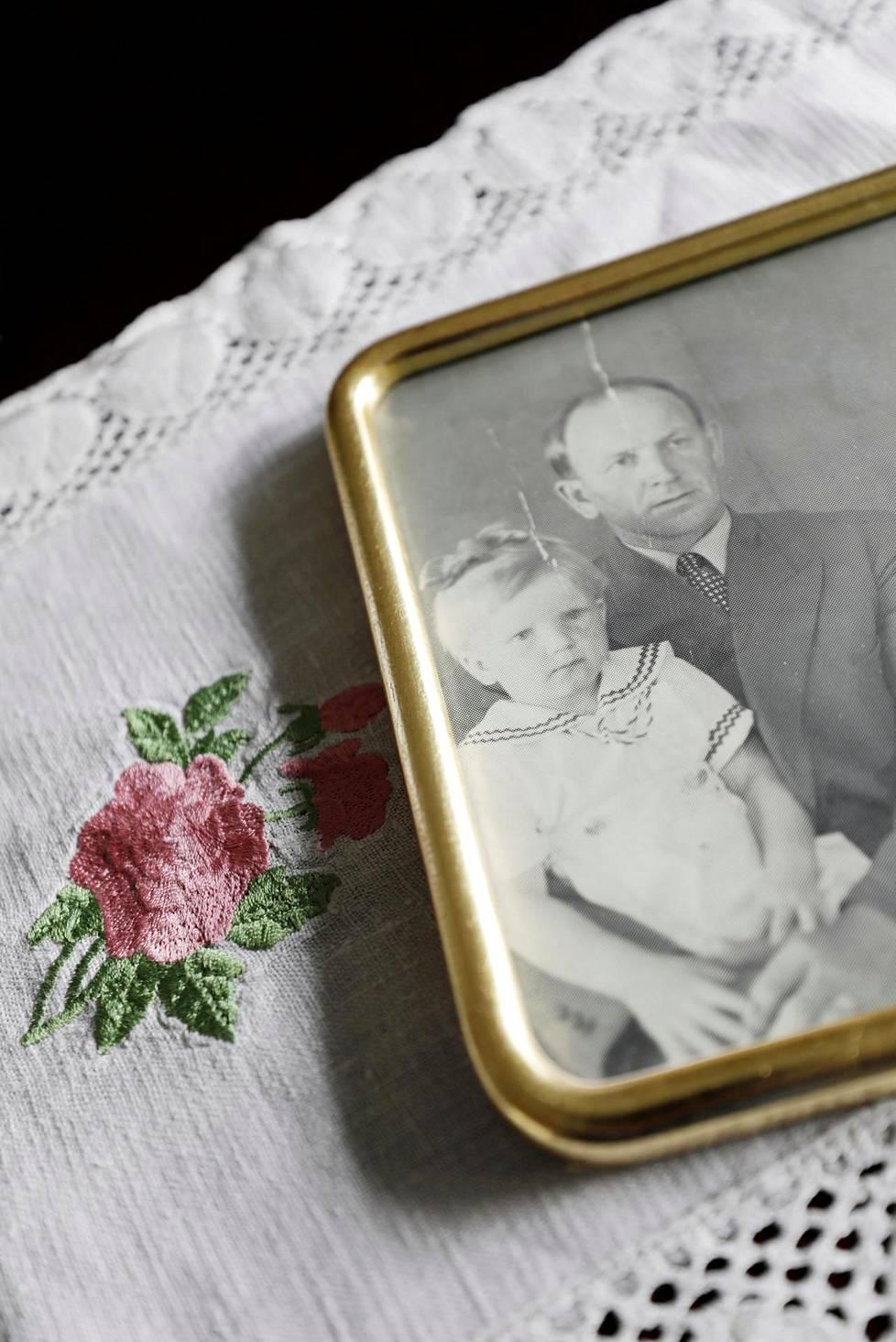 Marjaana Lipsonen istui isänsä Oivan sylissä perhekuvassa.