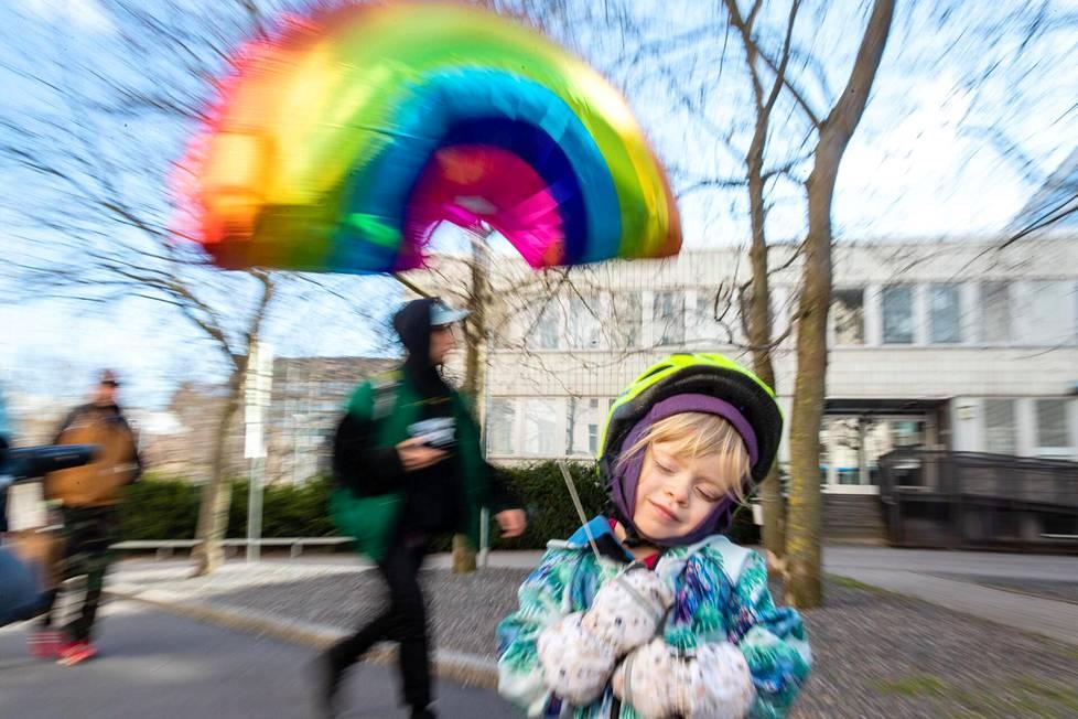 Kolmevuotias Ilmi Elonen matkasi kotiin värikkään vappupallonsa kanssa toisella linjalla Kalliossa.