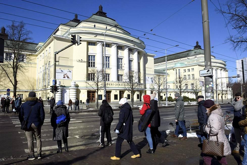 Estonia-teatteri (1913, Tallinna). Tämänkin arkkitehtikilvan voitti Lönnin ja Arman Lindgrenin yhteinen suunnitelma. Kuten Helsingin Uudessa ylioppilastalossakin, Lönn vastasi tilaratkaisuista, Lindgren taiteellisista.