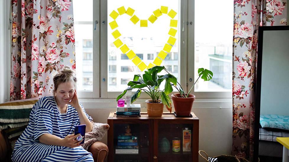 Sari Eestilä puhuu videopuhelua omassa huoneessaan. Eestilä on koronavirusaikana deittaillut etänä Tinderin ja videopuheluiden kautta.