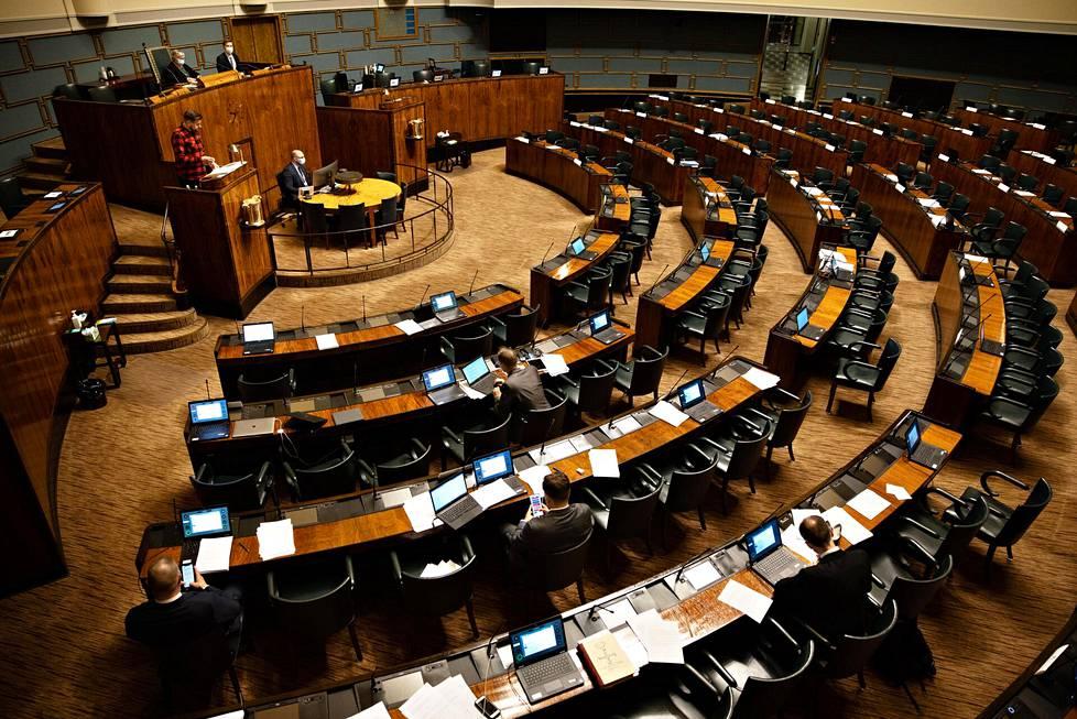 Perussuomalaiset kuuntelevat Sebastian Tynkkysen puheenvuoroa perjantain ja lauantain välisenä yönä eduskunnassa.