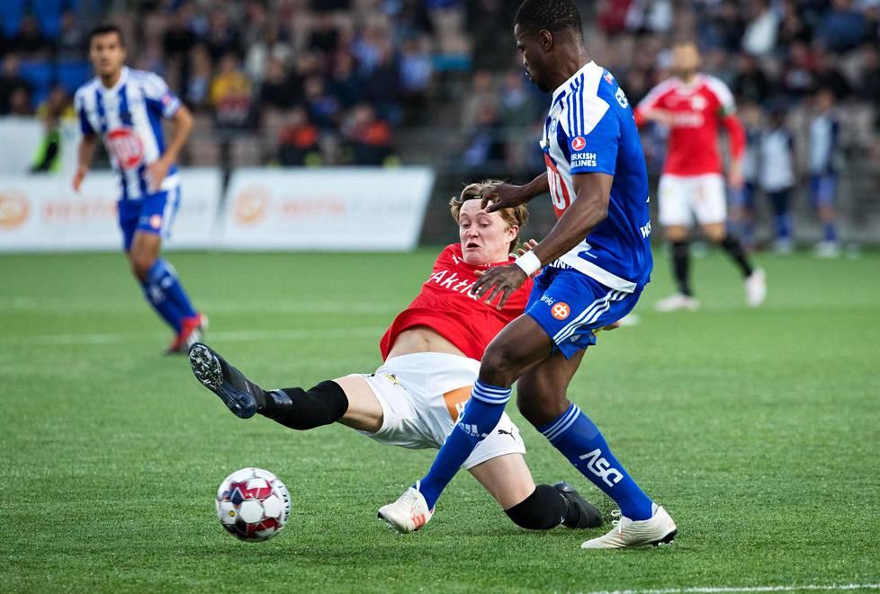 Jalkapallo on mahdoton pelata ilman kontaktia. HIFK:n Jacob Dunsby ja HJK:n Elderson kamppailivat pallosta 23. huhtikuuta 2019 pelatussa ottelussa.