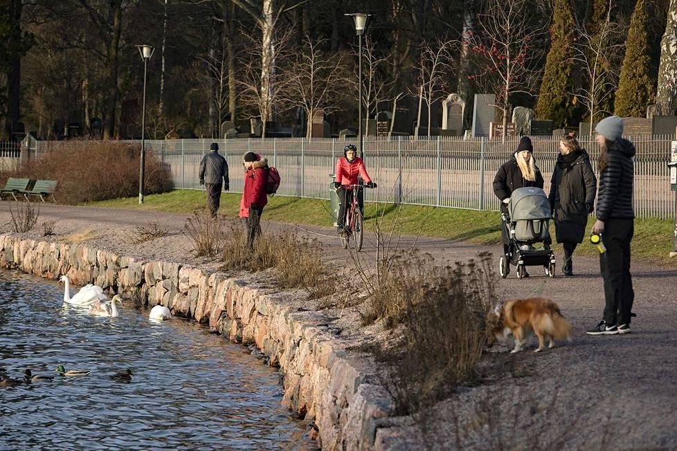Poikkeuksellisen lämmin sää suosi ulkoilijoita Hietaniemen hautausmaan rannassa 2. tammikuuta 2020.
