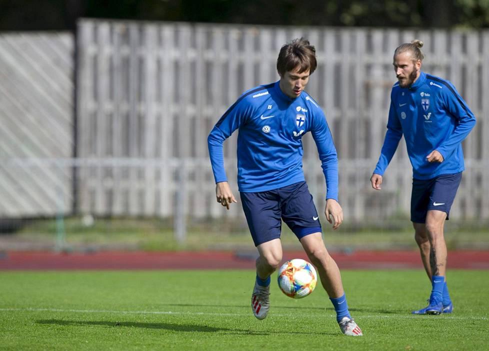Lassi Lappalainen (vas.) ja Niko Markkula harjoittelivat miesten jalkapallomaajoukkueen harjoituksissa Lamminpään yleisurheilukentällä päivä sen jälkeen, kun Suomi oli voittanut EM-karsinnoissa Kreikan Tampereella.