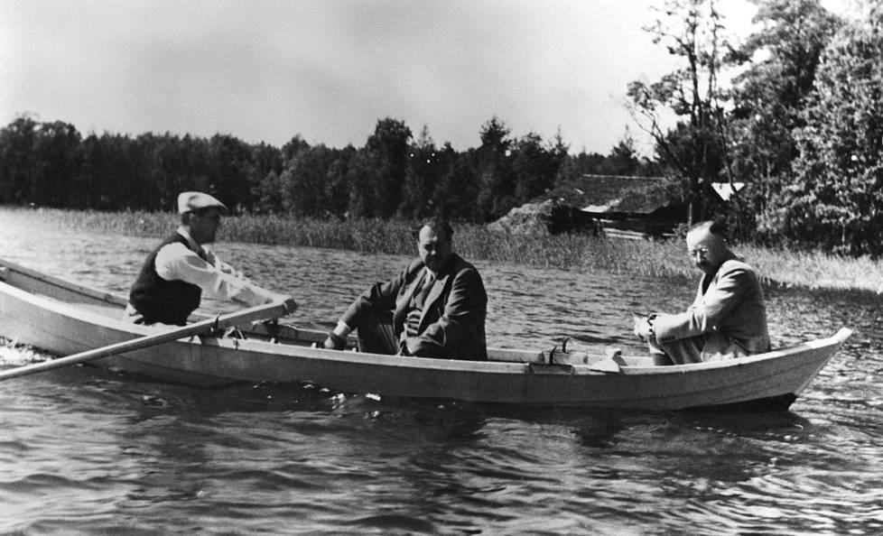 """""""Souteleminen suomalaisella veneellä oli saksalaisten vieraiden tärkeimpiä huvituksia"""", kirjoittaa sodanaikainen yhteysupseeri Eino E. Suolahti Suomen Kuvalehdessä vuonna 1963. Soutajana pääministeri Jukka Rangell, keskellä hieroja Felix Kersten ja perätuhdolla valtakunnanjohtaja Heinrich Himmler."""