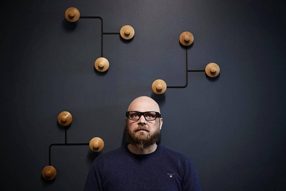 Dispelixin toimitusjohtaja Antti Sunnari. Sunnarilla on päässään lasit, joiden linssiteknologia on yhtiön kehittämää.