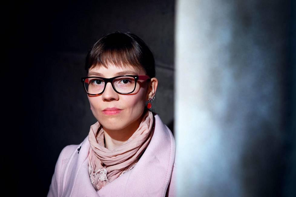 Roosa Rentola on kirjoittanut kirjan rikostapauksista, joissa kielentutkijoilla on ollut keskeinen rooli tutkinnassa.