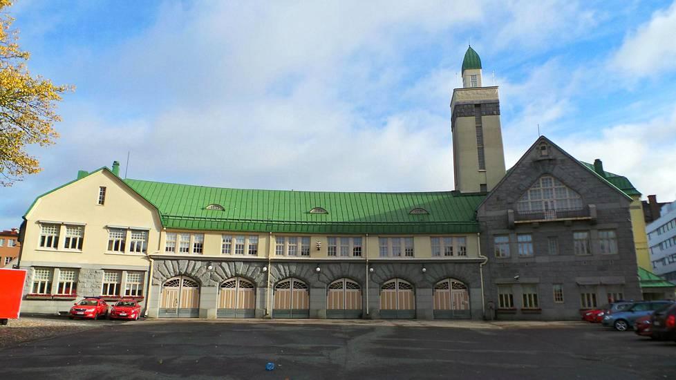 Keskuspaloasema (1908, Tampere). Lönn voitti suunnittelukilpailun, johon osallistuttiin nimimerkeillä. Tulosta koetettiin vastalausein mitätöidä, kun kävi ilmi, että kisan voittaja oli nainen.