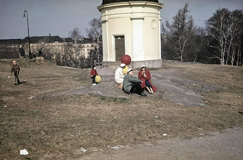 Ihmisiä ylioppilaslakit päässä Ullanlinnanmäellä, Ursan tähtitornin luona 1950-luvulla.