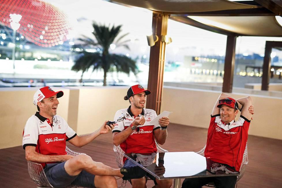 Alfa Romeon Robert Kubica, Antonio Giovanazzi ja Kimi Räikkönen juttelivat hyvissä tunnelmissa Abu Dhabin varikolla torstaina.