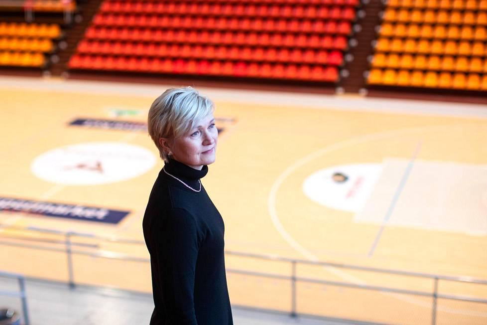 Helsingin liikuntajohtaja Tarja Loikkanen Töölön kisahallissa. Loikkasen mukaan kaupunki saa palautetta etenkin sisäliikuntatilojen puutteista.