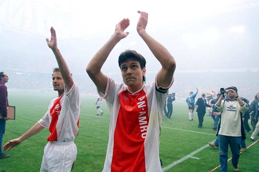 Jari Litmanen ja Danny Blind hyvästelivät Ajaxin kannattajat toukokuussa 1999. Litmanen suuntasi Barcelonaan ja Blind lopetti pelaajauransa.