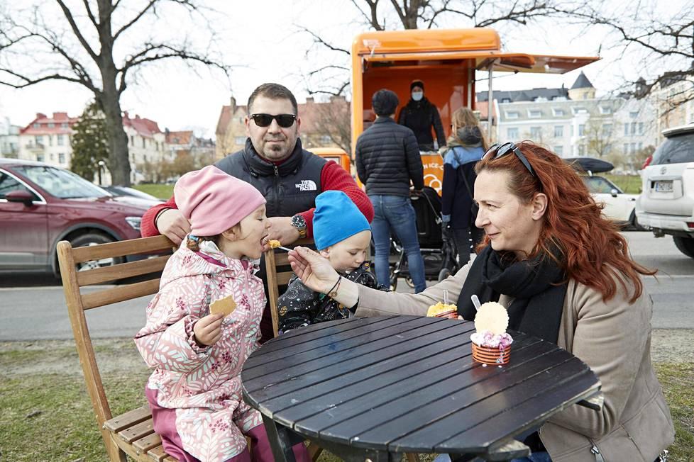 Bratun perhe Ilinca (vas.), isä Mircea, Alexandru ja äiti Diana maisteli kevään ensimmäisiä jäätelöitään Kaivopuistossa.