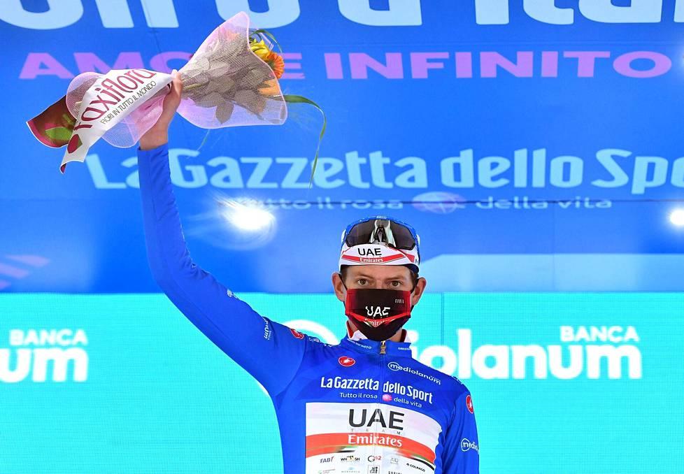 UAE Team Emiratesin Joe Dombrowskilla oli yllään mäkikilpailun johtajan sininen paita Italian ympäriajon neljännen etapin jälkeen.