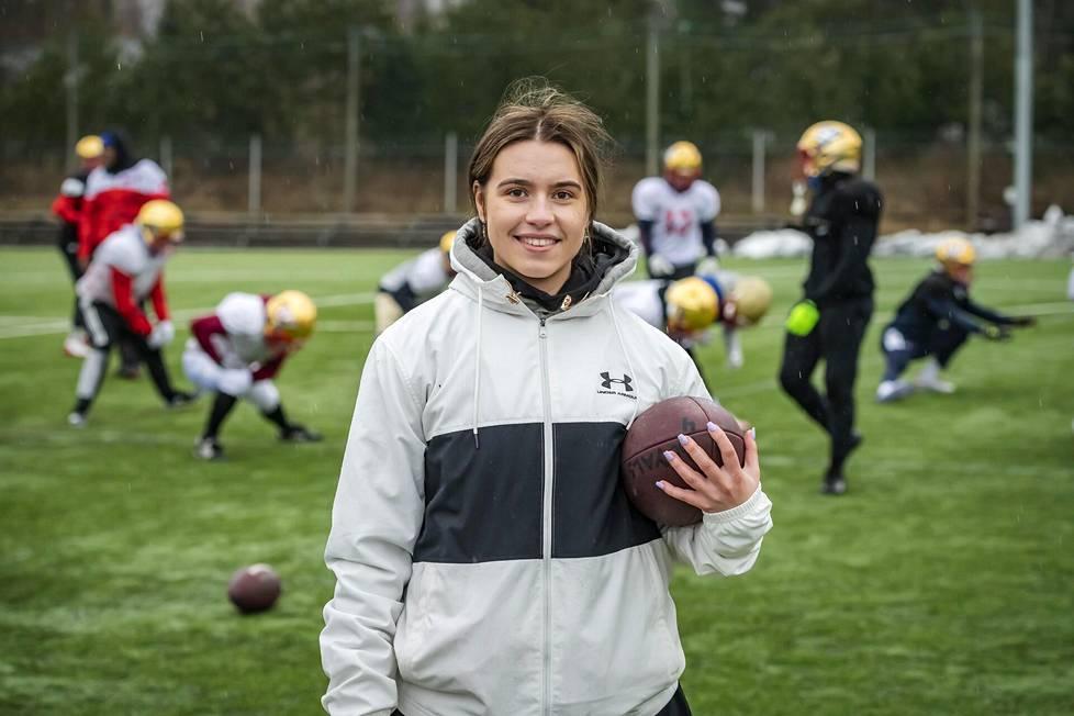 Espoolainen Nana Olavuo, 20, on historian ensimmäinen naisvalmentaja amerikkalaisen jalkapallon miesten Vaahteraliigassa. Olavuo toimii tulevalla kaudella Wasa Royalsin valmennusryhmässä.