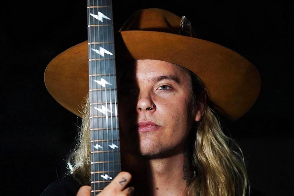 Arttu Kuosmanen huomasi jo nuorena, että rocktähteys kiinnostaa häntä.