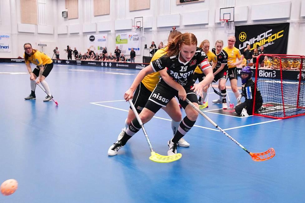 SB Pro on ollut vastustajilleen mahdoton pideltävä loppukauden aikana. PSS:n Veera Nousiainen yritti pysäyttää Karoliina Kujalan kolmannessa finaaliottelussa lauantaina.