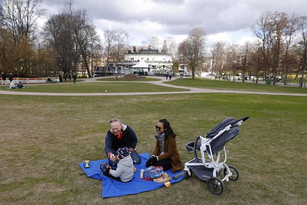 Nylundien perhe Lari, Teo ja April naureskelivat, ettei Kaivopuistossa ole ongelmaa pitää turvavälejä.