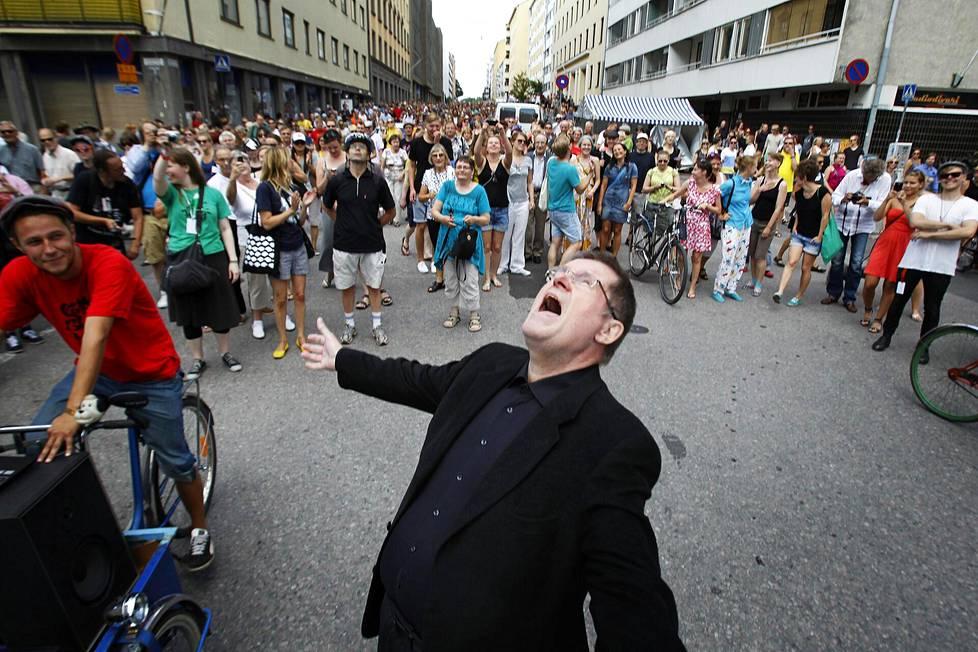 Elokuussa 2013 Fredi kulki Kallio Block Partyn kulkueen kärjessä pitkin Kolmatta linjaa ja lauloi yhtä tunnetuimmista kappaleistaan, Kolmatta linjaa takaisin. Kulkue päättyi ravintola Oivan edustalle missä Oivan portsari sai lantin Frediltä.