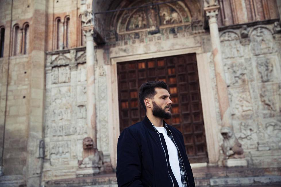 Veronalaisen jalkapallon tähtipelaaja Perparim Hetemaj käveli kuvattavaksi naapurustossaan sijaitsevan San Zeno Maggiore -kirkon edustalle.