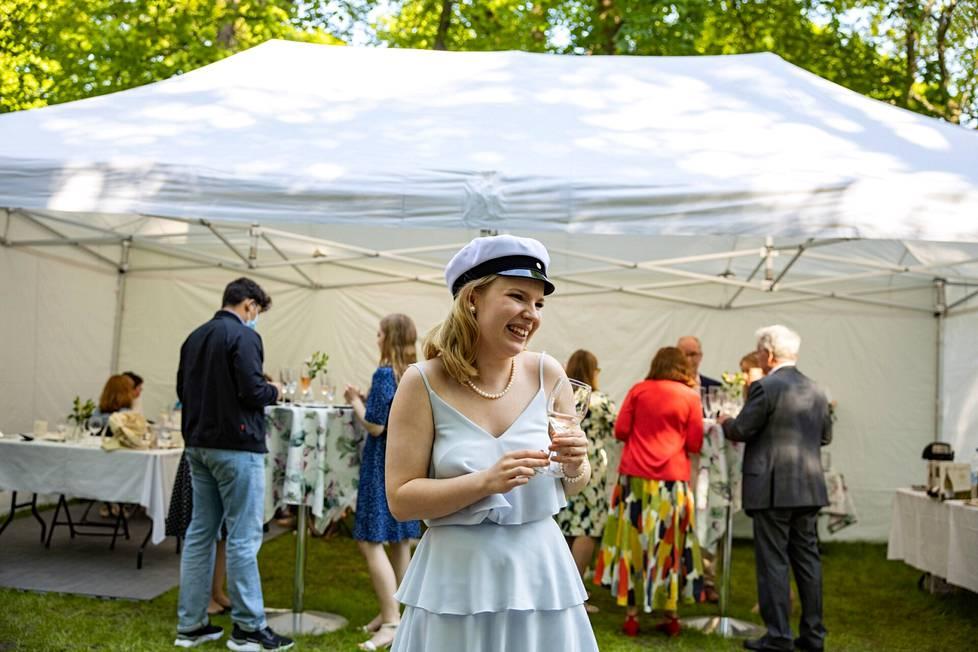 Tilda Leikola juhli ylioppilasjuhliaan Kaivopuistoon pystytetyssä teltassa läheistensä kanssa.