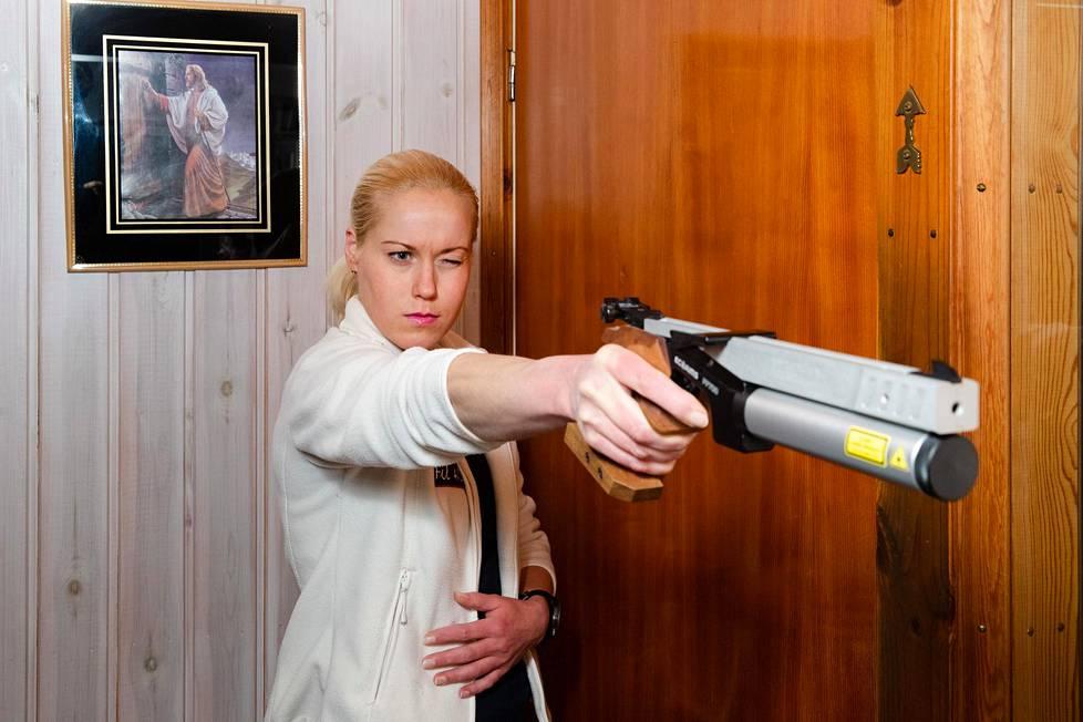 Viisiottelija Laura Salminen harjoittelee ammuntaa kotonaan.