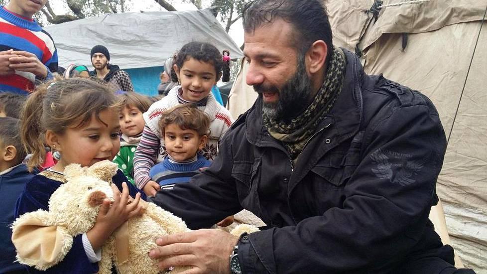 Rami Adham on saanut mainetta jakamalla Syyriassa leluja lapsille. Hänen taustastaan on kuitenkin paljastunut monenlaisia epäselvyyksiä.