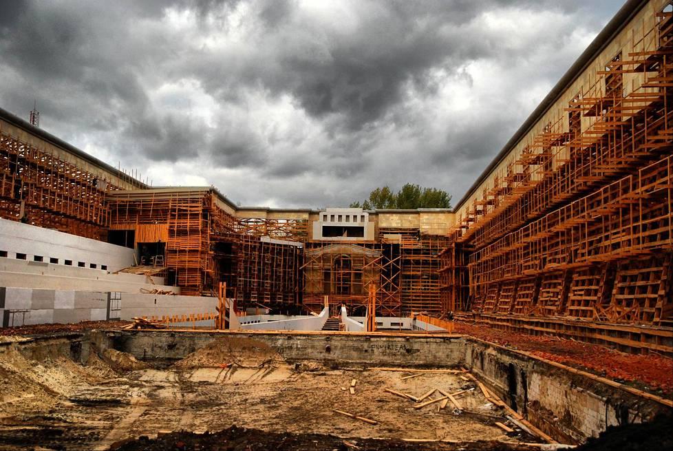 Venäläisen DAU-elokuvaprojektin massiivista lavastetta rakennettiin Ukrainan Harkovaan vuodesta 2006 vuoteen 2008.