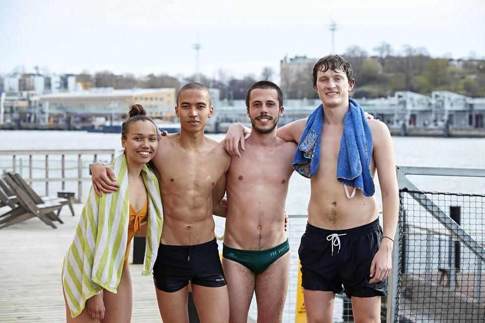 Ystävykset Sylvia Räisänen, Markus Räisänen, Raul I Losada Lopez ja Daniele Godina Pent kävivät uimassa Allas Sea Poolin merivesialtaassa.