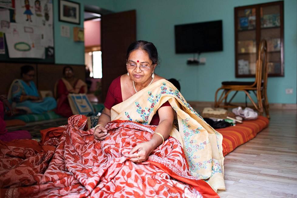 Rina Chatterjee esittelee kirjomaansa saria Swayam-järjestön talossa Etelä-Kolkatassa. Hän käy talolla säännöllisesti naisten lauluryhmässä. Talon alakerran olohuone on kaikille asiakkaille avoin kohtaamispaikka.