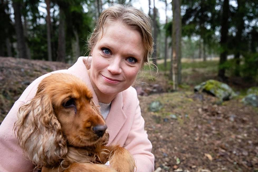 Maaret Kallio ulkoili keskiviikkona Espoossa terapiakoiransa Nekun kanssa.