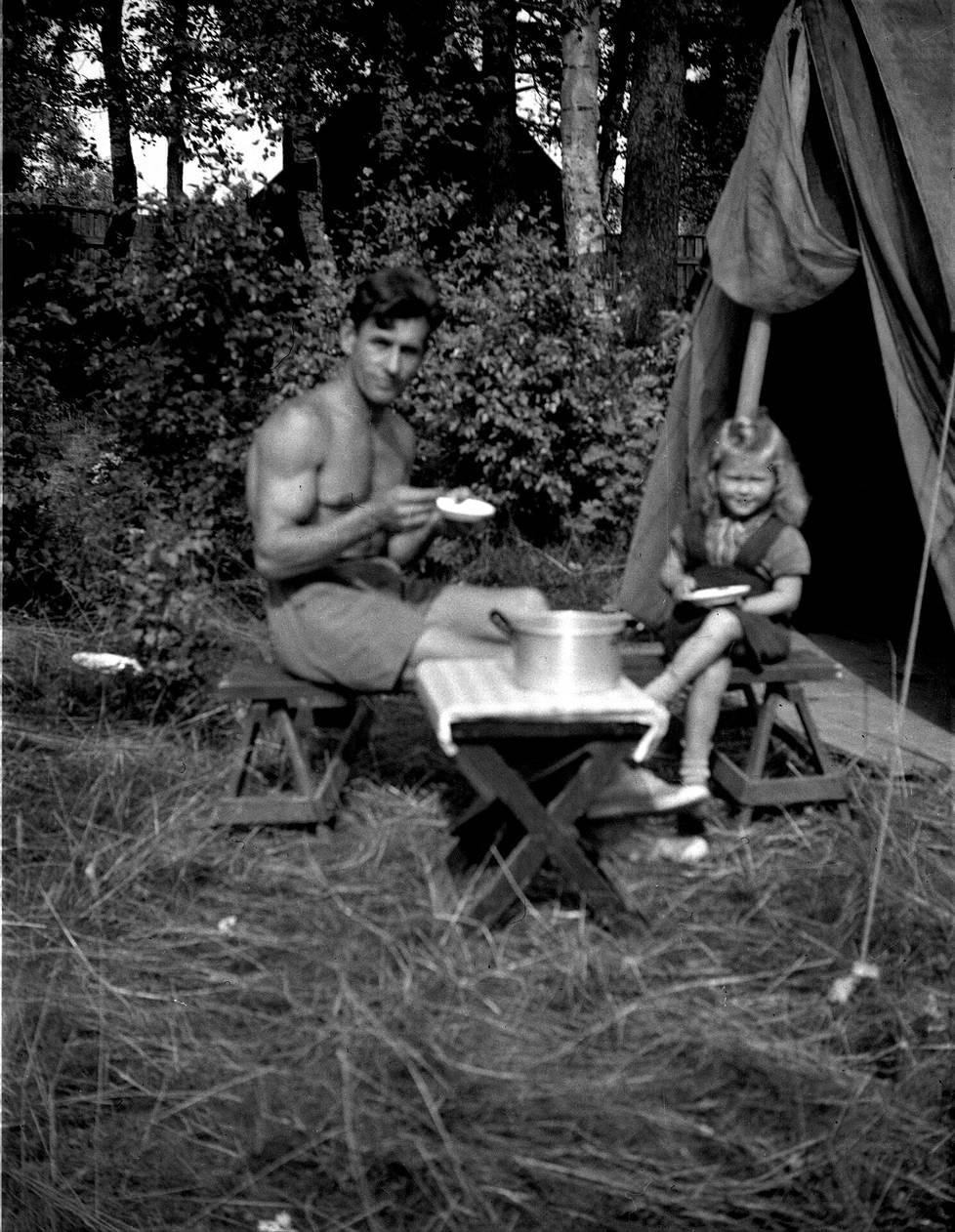 József ja Kati Pap asuivat perheineen teltassa ensimmäisen kesän Suomessa. Teltassa oli koko kesän märkää.