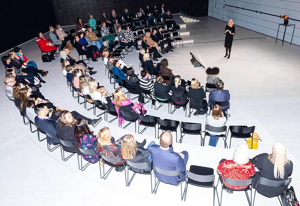 Asianajotoimisto Fondian toimitusjohtaja Leena Hellfors puhui Musiikkitalossa seminaariyleisölle