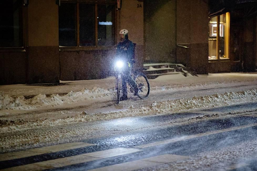 Pyöräilijöillä on tiistaina haastava ajokeli.